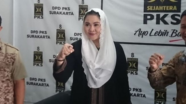 Datang ke PKS, Cucu Paku Buwono XII Sari Dewi Siap Lawan Gibran