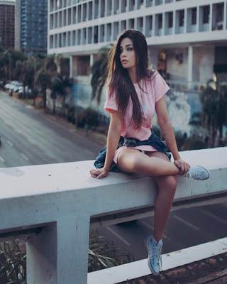 pose sentada en un puente tumblr casual