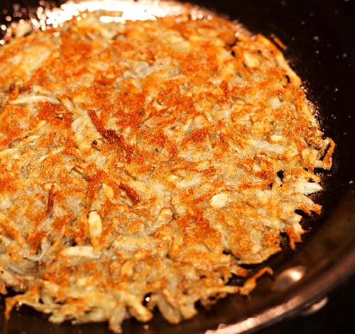 Homemade Breakfast Hash Browns. The key to crispiness is to wash off as much starch from potatoes as possible. #hashbrowns #potato #breakfastrecipes #comfortfood
