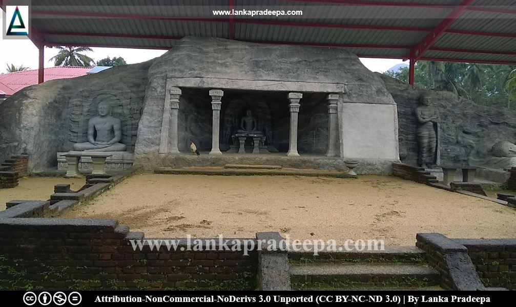 Replicas of statues of Polonnaruwa Gal Viharaya, Aramanapola