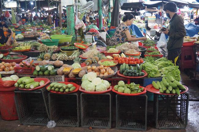 Hiện nay, cải ngọt dao động từ 10.000 - 15.000 đồng/kg, khổ qua từ 20.000 - 30.000 đồng/kg, xà lách 55.000 đồng/kg, mồng tơi 8.000 đồng/bó, bắp su 14.000 đồng/kg, đậu tây 20.000 đồng/kg…