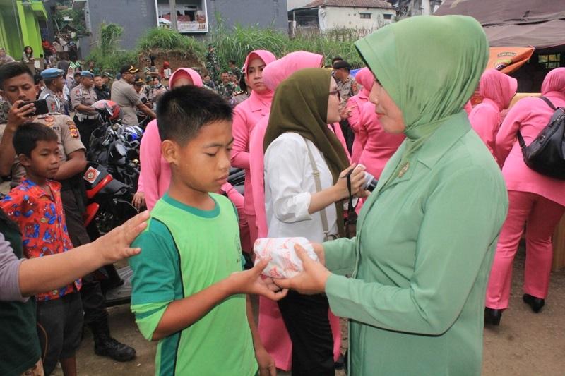Pasca Terjadinya Longsor, Dandim 0609 Bersama Kapolres Cimahi Kunjungi Korban Terdampak Bencana