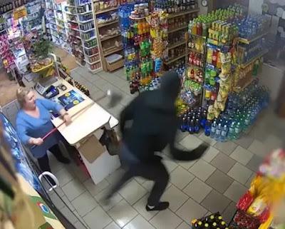 """شاهد سيدة مسنة تواجة لصا مستخدمة """"ممسحة"""" عند محاولة سرقة متجرها"""