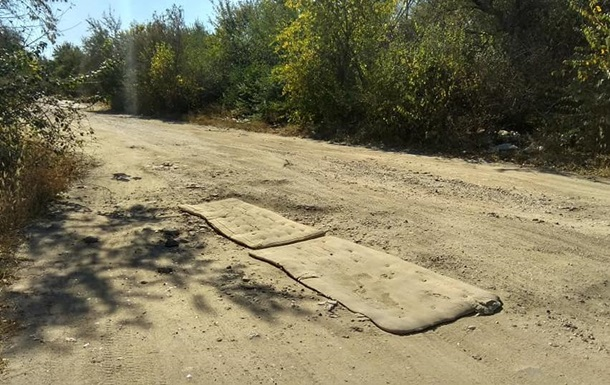 Ями на дорогах під Миколаєвом заклали матрацами