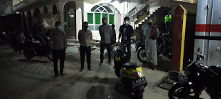 Kelancaran Ibadah Tarawih, Bhabinkamtibmas Polsek Enrekang Lakukan Pengamanan di Masjid