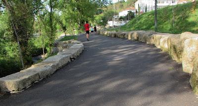 Pessoas correndo e caminhando no Parque Oriental do Porto