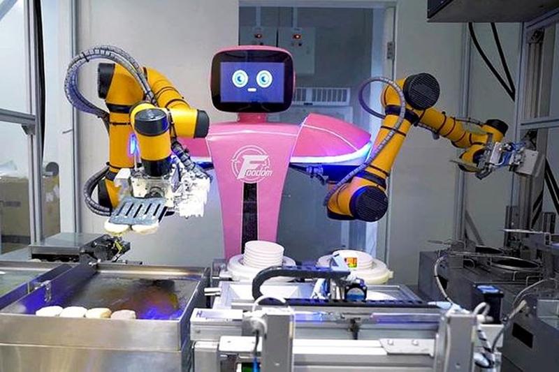 Bu restoranda yemekleri de servisi de robotlar yapıyor