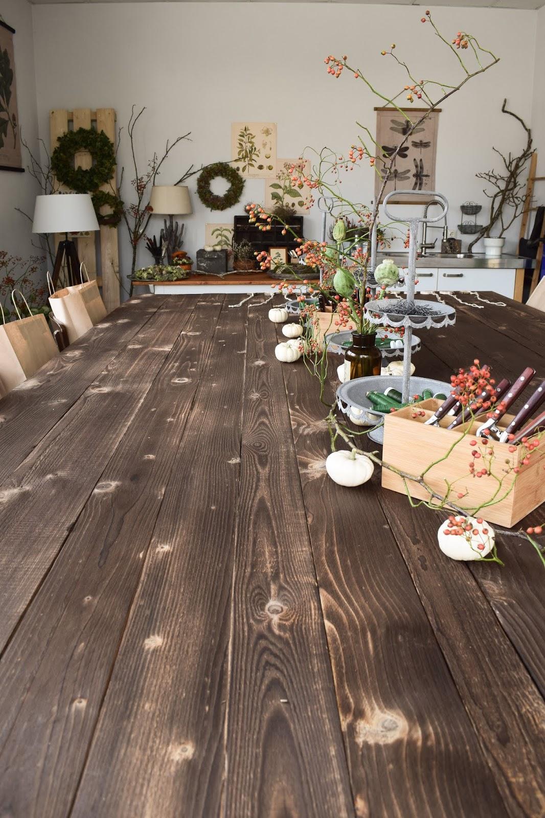 Einrichtung Interior Workshop-Räume: großer Arbeitstisch aus Holz. DIY selber machen. Kreativ werkeln