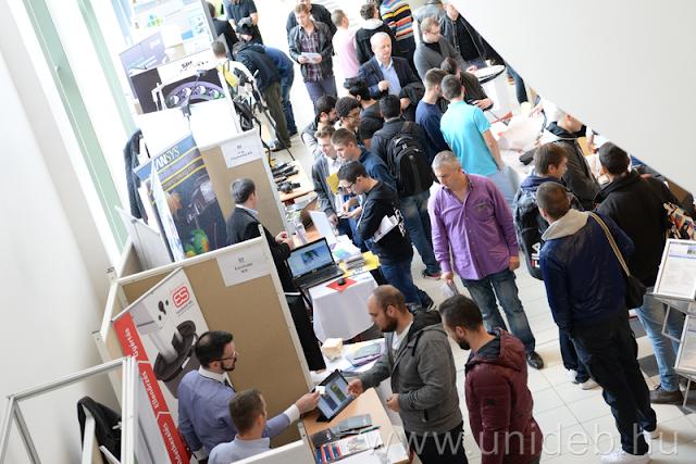 A Műszaki Kar és Debrecen város önkormányzatának rendezésében kétnapos szakmai találkozót szerveztek az oktatás, a városirányítás, az iparkamara és a vállalatok részvételével a Debreceni Egyetemen, amelynek kiemelt kérdése volt október13-án délelőtt, hogy az egyetem mivel tud hozzájárulni a város gazdaságfejlesztő, beruházás-ösztönző tevékenységéhez, hogyan hat az oktatás a város és a régió versenyképességére.