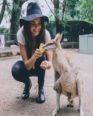 foto tumblr de chica dando comida a canguro