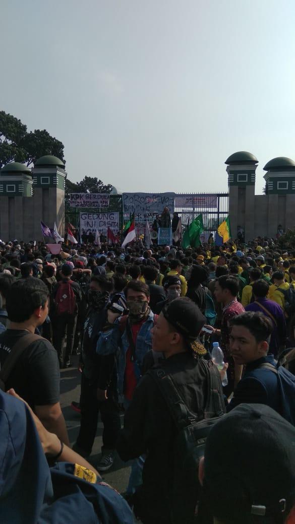 Media Mainstream Bungkam, Begini Suasana Demo Mahasiswa di Depan Gedung DPR/MPR RI