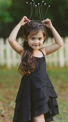 طفلة صغيرة ترتدى تاج