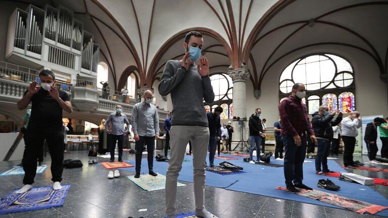 بالصور-كنيسة-في-برلين-تستضيف-المسلمين-لأداء-الصلاة-في-ظل-كورونا
