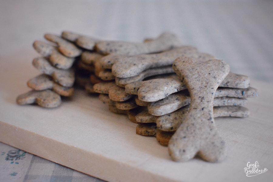 Hundekekse selbst backen Rezept für Hundeleckerli mit Sesam