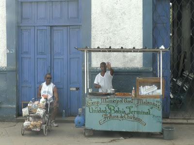 Kuba, Matanzas, Verkaufstand am Busbahnhof.