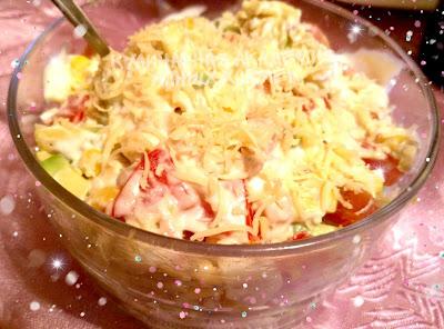 Салат с курицей авокадо и кукурузой