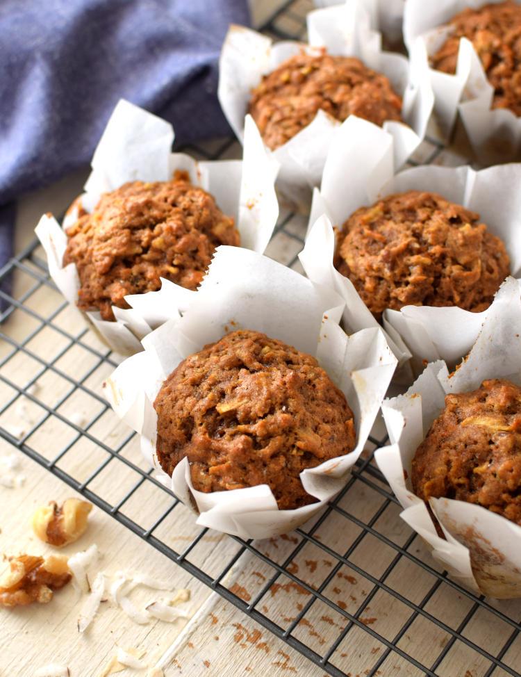 Muffins integrales de zanahoria y manzana, sobre una rejilla