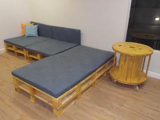 Sala de Convivência  com Pallets e Caixas de Feira