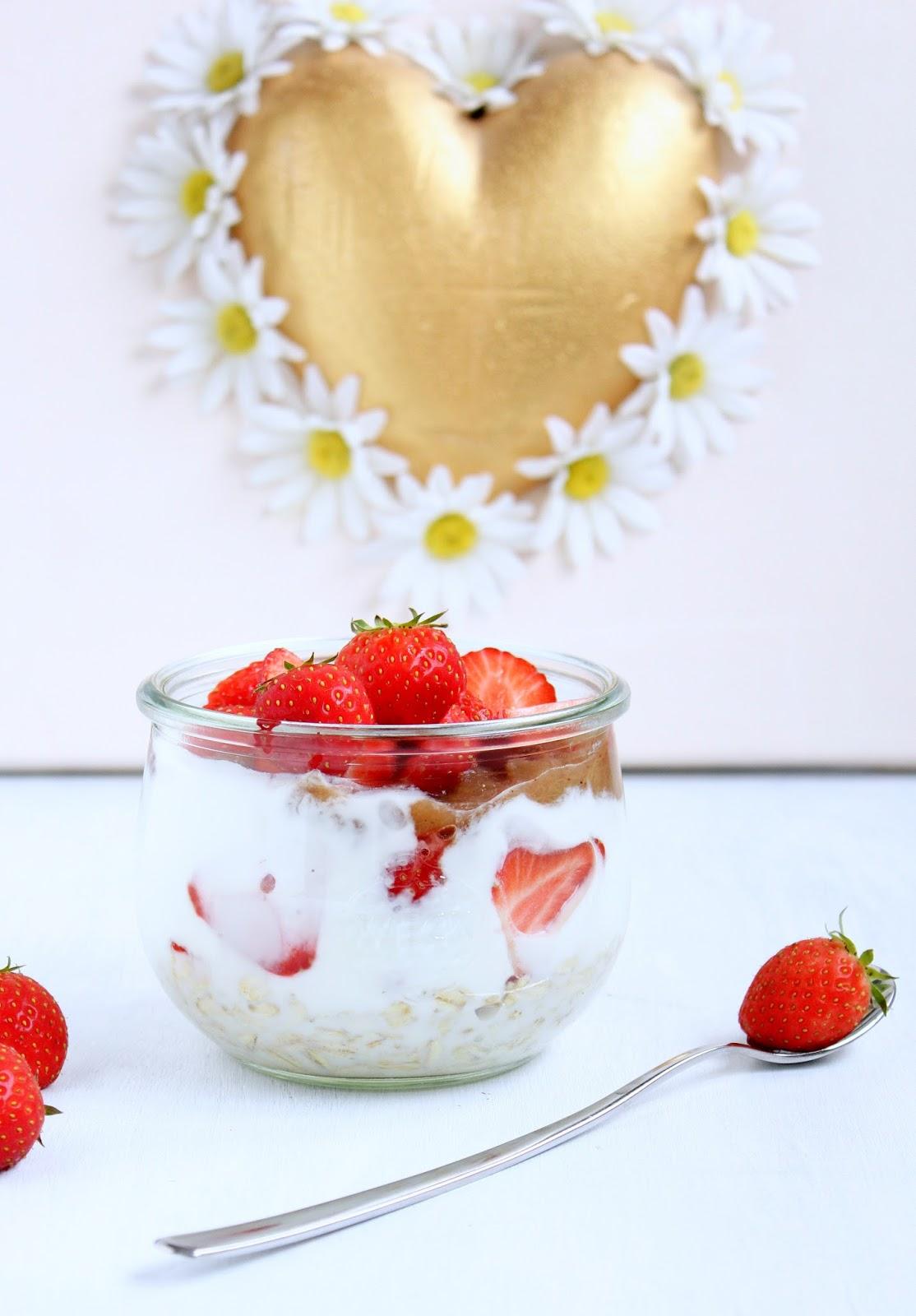Erdbeer Rhabarber Overnight Oats