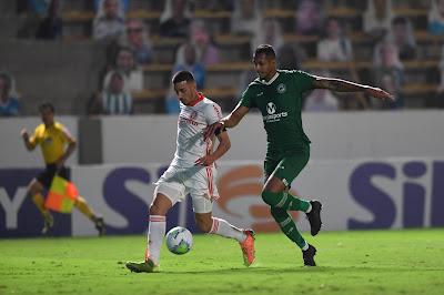 Com apenas uma derrota nos últimos cinco jogos e ótimos números defensivos, David Duarte enaltece reação do Goiás antes de duelo contra o Inter