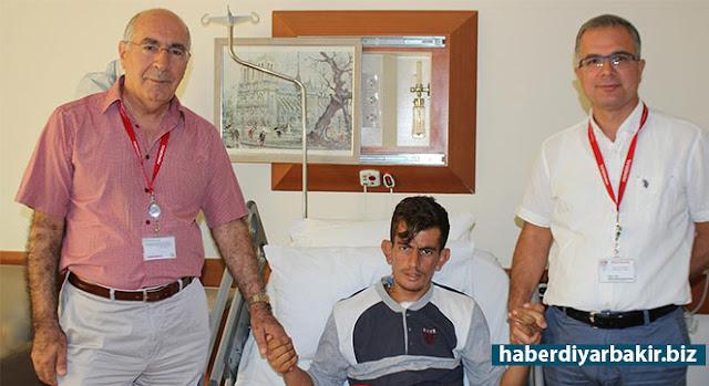 DİYARBAKIR-Diyarbakır'ın Kulp ilçesinde yaşayan 18 yaşındaki Muhammet Yakut aniden ortaya çıkan aşırı terleme, sırt ve göğüs ağrısı, başta karıncalanma şikayetleriyle hastaneye kaldırıldı. Aort damarında yırtılma olduğu tespit edilen Yakut, zamana karşı yarışarak ameliyat edildi ve sağlığına kavuştu.