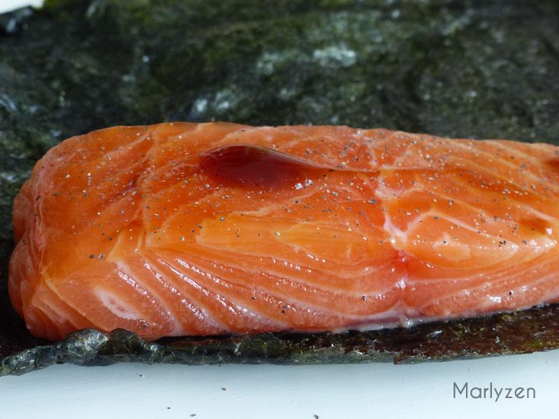 Badigeonnez les pavés de saumon de sauce d'huître, poivrez et roulez dans une feuille de nori.