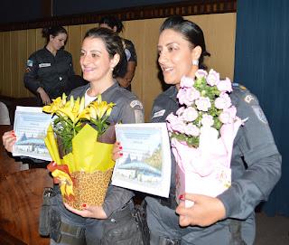 Soldado Josiane (à esq.) e Major PM Renata Alves, chefe do Setor de Operações, são agraciadas pelos bons resultados na realização de suas tarefas