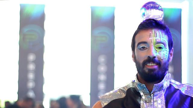 Atração circense Malabarista com esfera cristal contato para interação entre o público de evento convenção de vendas em São Paulo.
