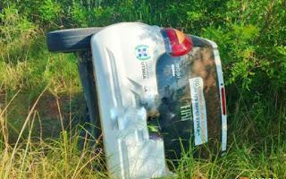 Carro da prefeitura de Utinga desce ribanceira após batida na BR-131