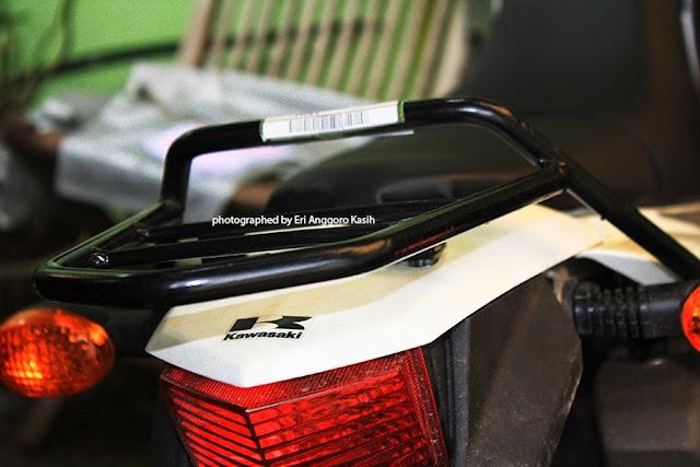 Kawasaki KLX 150S dipasangi behel untuk bagasi belakang