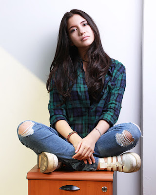 Artis FTV manis seksi Cassandra Lee Ripped Jeans