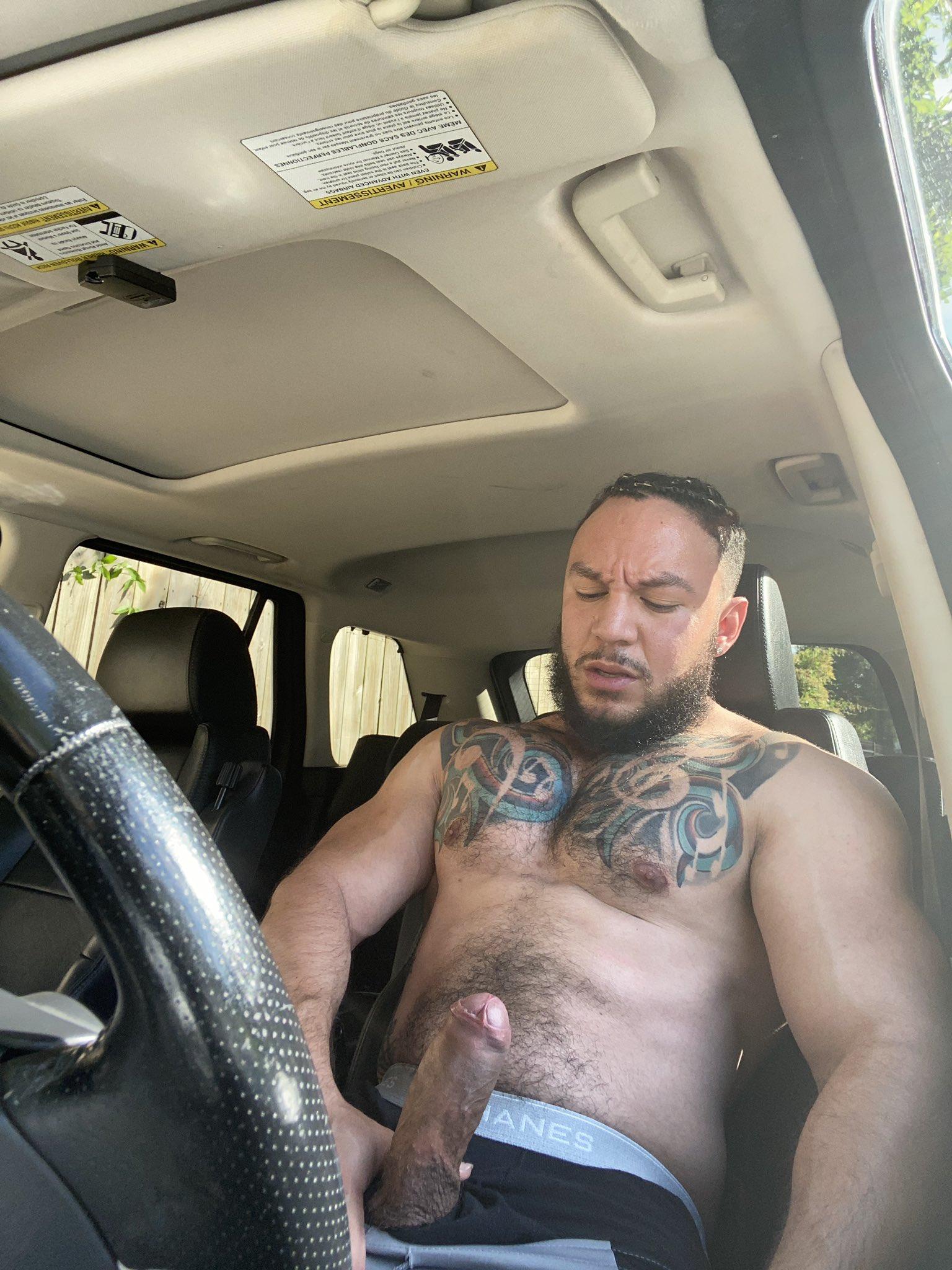 hombre erecto en el auto