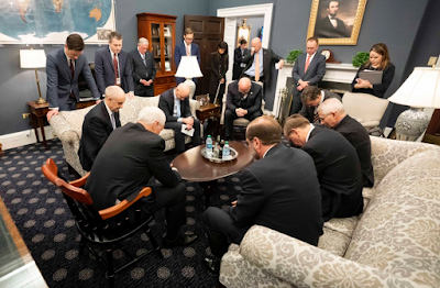 (美國副總統帶領官員一齊祈禱抗疫,然而成果有限,看來需要禁食祈禱才能對抗疫症。)