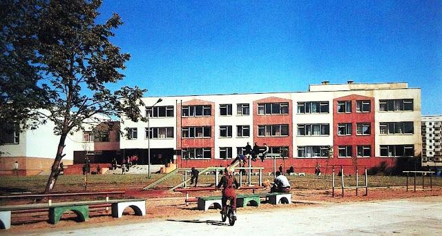 """1980-е годы. Рига. Золитуде. Здание школы. Фото из альбома """"Архитектура Риги"""""""