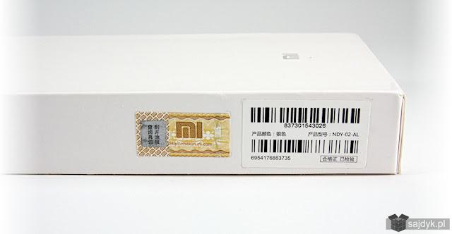 Zdrapka (po lewej stronie) na pudełku power banka.