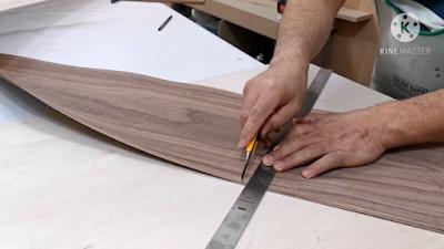 قص جزء من قشرة خشب بإستخدام كاتر ومسطرة معدنية