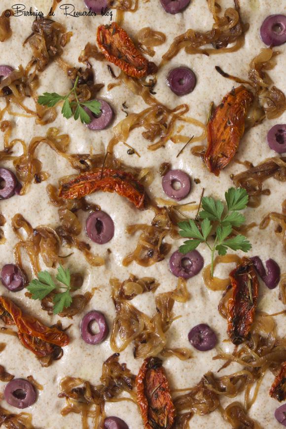 Focaccia 50% integral lista para hornear con topping de cebollas, aceitunas y tomates