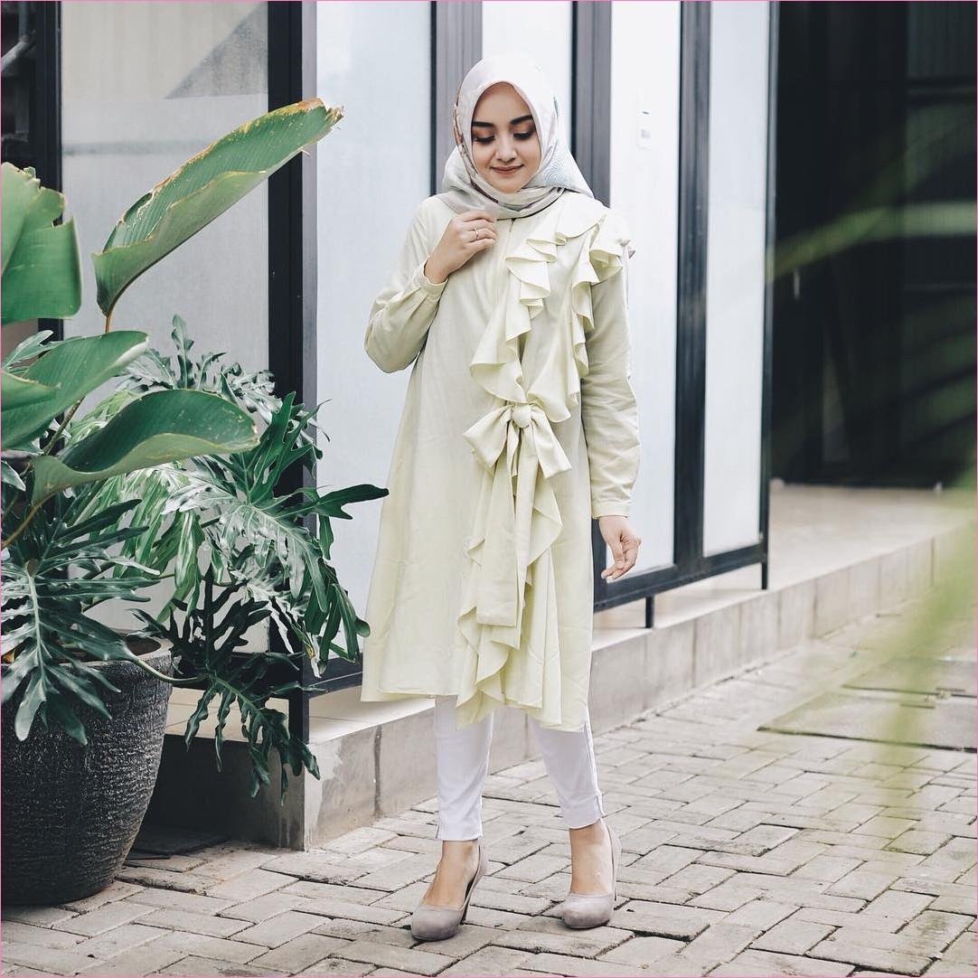 Outfit Kerudung Segiempat Ala Selebgram 2018 kerudung segiempat hijab square scarf bermotif abu muda baju tunic kuning muda celana jeans putih wedges high heels krem tua cincin ootd trendy kekinian hijabers daun hijau pot