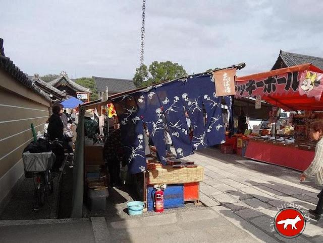 Stand au marché de Toji à Kyoto au Japon