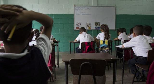 La rectora de la Universidad Central de Venezuela (UCV), Cecilia García Arocha, indicó que por los momentos la presencialidad en la institución está descartada, mientras no exista un plan de vacunación que cubra a la comunidad universitaria.  En medio de críticas estudiantiles por la ausencia de actos de grado, la docente argumentó que más allá de que el Aula Magna, donde se celebran las ceremonias de graduación, se encuentra inoperativa por falta de energía eléctrica, no es posible organizar un evento de esa magnitud sin vacunas.  El viernes se entregaron 110 títulos a estudiantes, pero el Aula Magna no puede abrir sus puertas, así que se entrega por secretaría. El acto y la entrega de títulos son cosas distintas. Sin vacunas no puede haber absolutamente presencialidad. La no presencialidad la hacen las facultades, los profesores», sostuvo en una entrevista para Unión Radio.  En este sentido, el regreso a clases también está descartado bajo las condiciones actuales. Arocha destacó que los salarios representan otro problema sensible en un contexto de Covid-19, pues los trabajadores cobran apenas unos pocos dólares y no pueden cubrir los gastos de transporte, y mucho menos los insumos necesarios para mantener las medidas de bioseguridad, ya que la universidad no puede garantizarlos.  En la misma línea se pronunció el coordinador de la Línea de Investigación Memoria Educativa Venezolana y del Diccionario Latinoamericano de Educación, Luis Bravo Jáuregui, quien aseveró que es necesario retomar la presencialidad en las aulas, con todo el protocolo de bioseguridad que implica, pero sin la vacunación no cree que sea posible.  Precisó que se debe avanzar con la inmunización contra el Covid-19 para el regreso a las instituciones, por lo que instó a los factores políticos a llegar a una negociación que permita la llegada de ayuda internacional.  Bravo Jáuregui teme que, mientras esto sucede, se expanda aún más la brecha social existente en aquellos estudiantes que carecen de