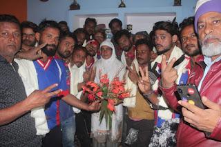 बाराबंकी : क्रिकेट टूर्नामेंट जीतने पर पूर्व प्रधान बड़ा गाँव ने खिलाड़ियों का सम्मान कर बढाया हौसला