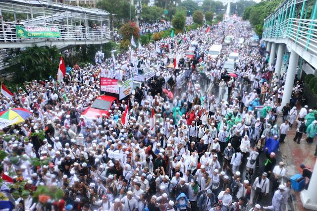 Aksi 411 Jokowi Tinggalkan Istana, Aksi 212 Jokowi Ditinggalkan Peserta