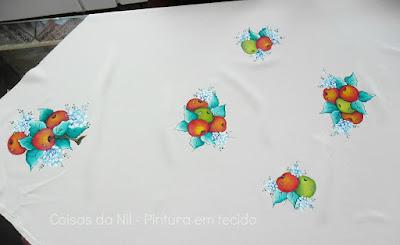 toalha de mesa com pintura de maças