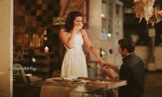 حبيبها يسجد على قدمه طالبها منها الزواج بطريقة جد رومانسية
