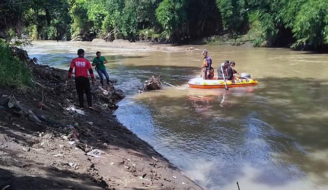 Petugas melakukan pencarian dengan menyisiri sungai