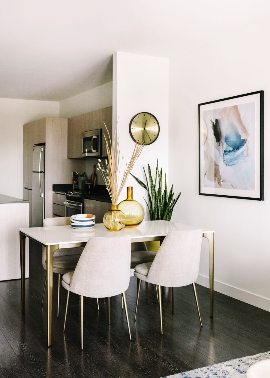 Niewielkie mieszkanie z klasą, wystrój wnętrz, wnętrza, urządzanie domu, dekoracje wnętrz, aranżacja wnętrz, inspiracje wnętrz,interior design , dom i wnętrze, aranżacja mieszkania, modne wnętrza, apartament, apartment, mieszkanie, złote dodatki, niebieskie dodatki, prostota, minimalizm, salon, kanapa, industrialny stolik, stolik kawowy, prostokątnystolik, living room, musztardowa kanapa, niebieski dywan, stół, krzesła, jadalnia,
