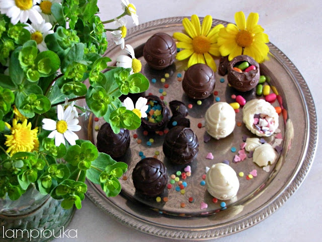 Φτιάξε σοκολατένια αυγά με διάφορες σοκολάτες.