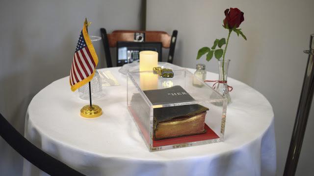 Veterano demanda a un centro médico de EE.UU. por colocar una Biblia en una mesa conmemorativa a los caídos