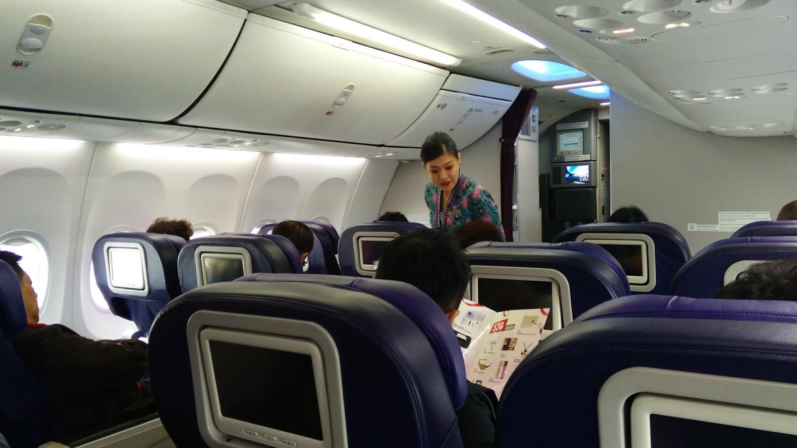 馬航B737-800客機商務艙僅四排共16個座位,座椅空間跟豪華遊覽車一樣。