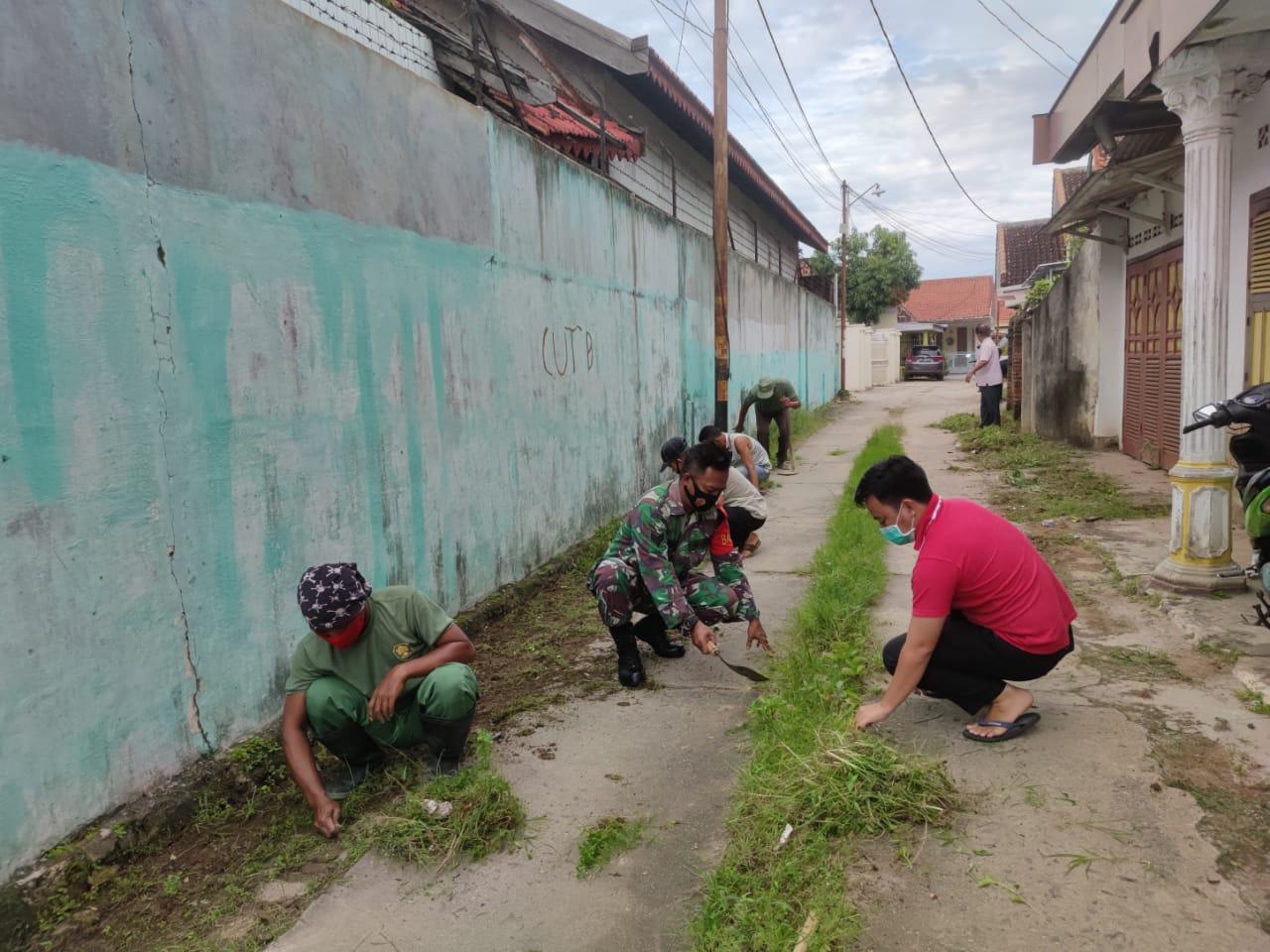 Babinsa Koramil 410-06/Kedaton Serka Sugeng melaksanakan kegiatan gotong-royong di wilayah binaanya di Jln. Teuku Umar, RT 04 LK. I, Penengahan,  Kedaton